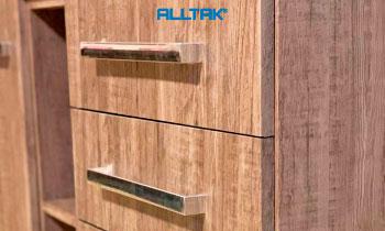 Envelopamento de móveis com textura de madeira – Linha Padronagens Alltak Decor