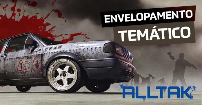 A imagem mostra as rodas traseiras e o porta'malas de um carro envelopado com a temática de Halloween,