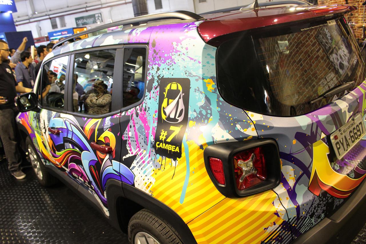 A imagem ilustra um carro envelopado com adesivo adesivo Alltak.