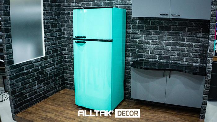 A imagem mostra uma geladeira azul piscina.